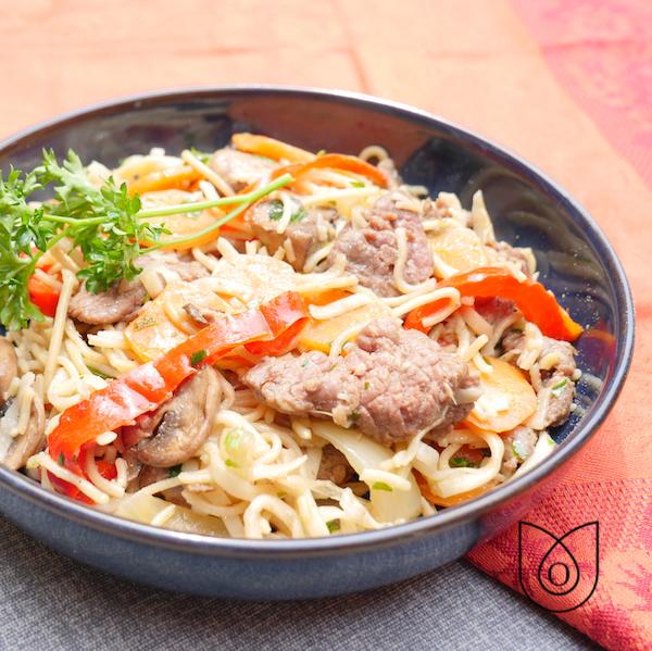 nouilles sautées aux légumes boeuf à l'asiatique